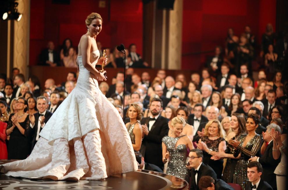 26.USA, Hollywood, 24 lutego 2013: Jennifer Lawrence po odebraniu nagrody za najlepsza rolę kobiecą. (Foto: Christopher Polk/Getty Images)
