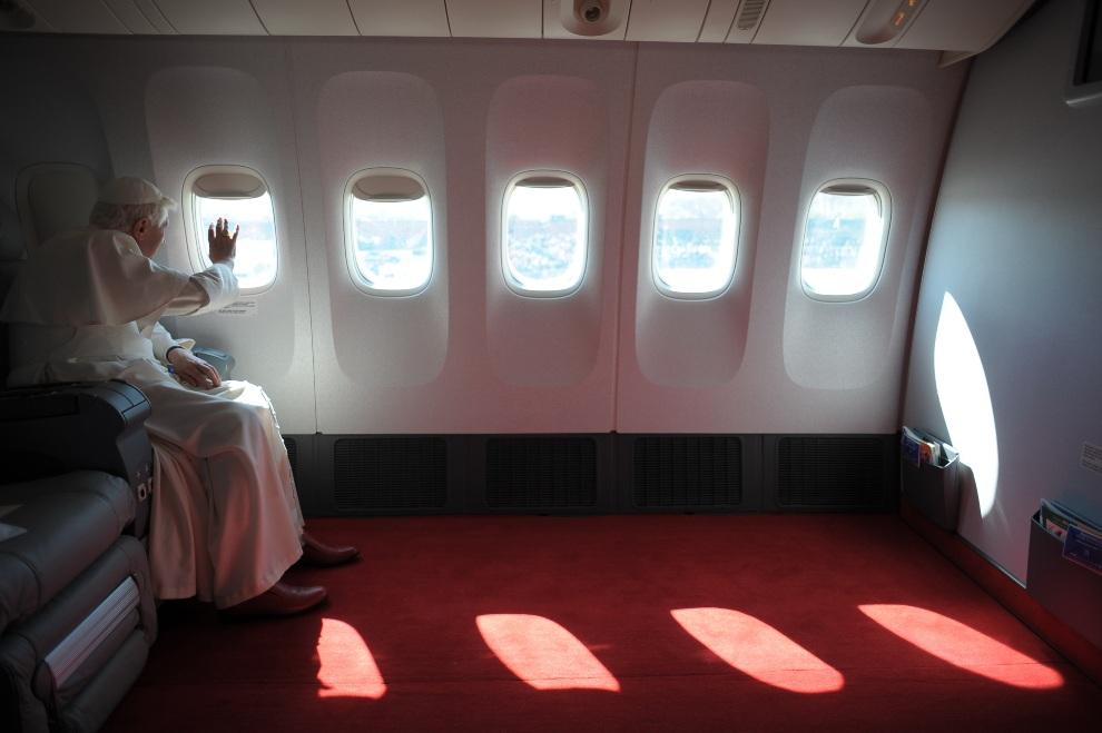 27.USA, Waszyngton, 15 kwietnia 2008: Benedykt  XVI lądujący w Waszyngtonie. AFP PHOTO/ POOL/ Osservatore Romano