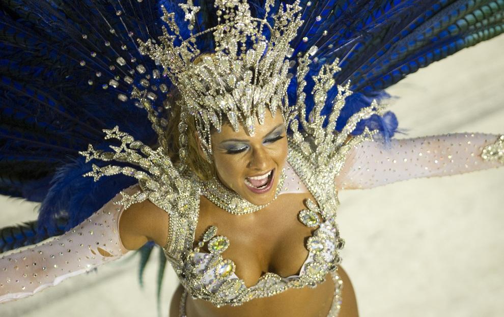 28.BRAZYLIA, Rio de Janeiro, 12 lutego 2013: Tancerka ze szkoły Vila Isabel. AFP PHOTO/ANTONIO SCORZA