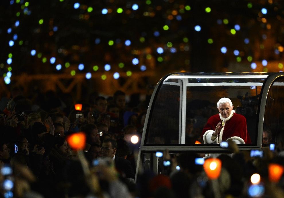 28.WATYKAN, 29 grudnia 2012: Benedykt  XVI przybywa na modlitwę do wspólnoty Taize. AFP PHOTO / ALBERTO PIZZOLI