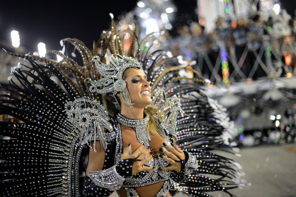 29.BRAZYLIA, Rio de Janeiro, 11 lutego 2013:  Tancerka ze szkoły Uniao da Ilhia. AFP PHOTO / CHRISTOPHE SIMON
