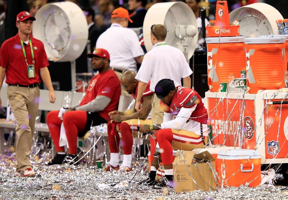 29.USA, Nowy Orlean, 3 lutego 2013: Gracze San Francisco 49ers na ławce po przegranym meczu. (Foto: Jamie Squire/Getty Images)