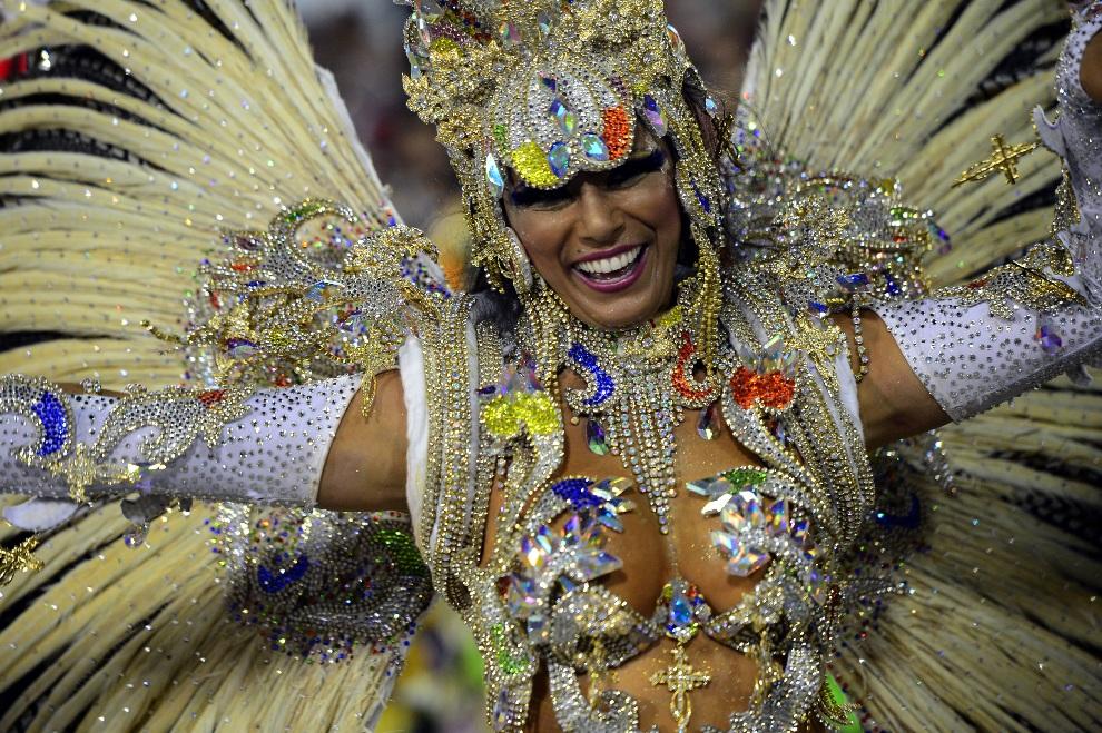 2.BRAZYLIA, Rio de Janeiro, 11 lutego 2103: Tancerka ze szkoły Portela w pierwszą noc parady karnawałowej. AFP PHOTO / CHRISTOPHE SIMON