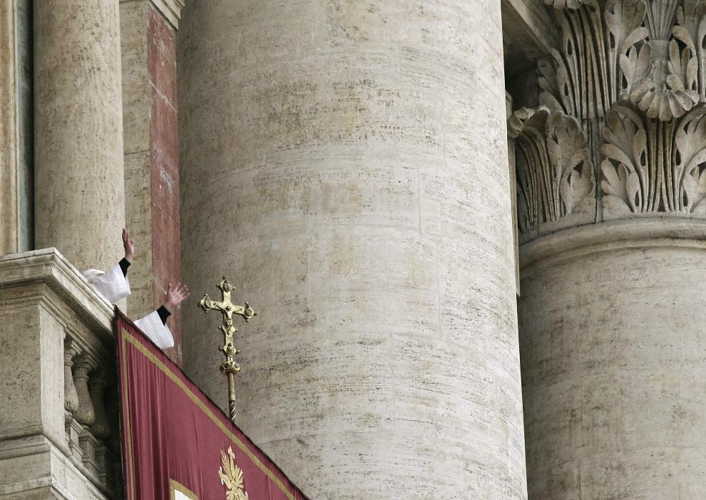 2.WATYKAN, 19 kwietnia 2005: Joseph Ratzinger w chwile po wybraniu go na papieża. AFP