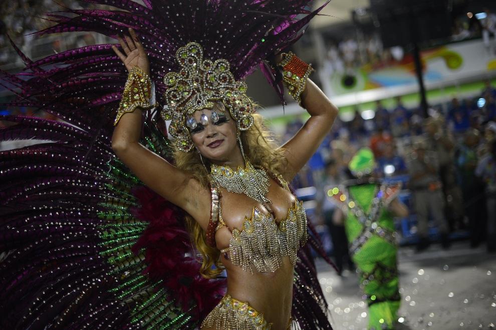 30.BRAZYLIA, Rio de Janeiro, 11 lutego 2103:  Tancerka ze szkoły Uniao da Ilhia. AFP PHOTO / CHRISTOPHE SIMON