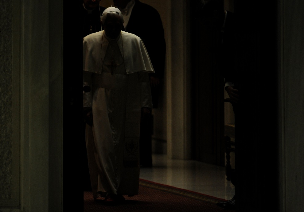 30.WATYKAN, 12 stycznia 2010: Benedykt  XVI przybywa na cotygodniową audiencję generalną. AFP PHOTO / ALBERTO PIZZOLI