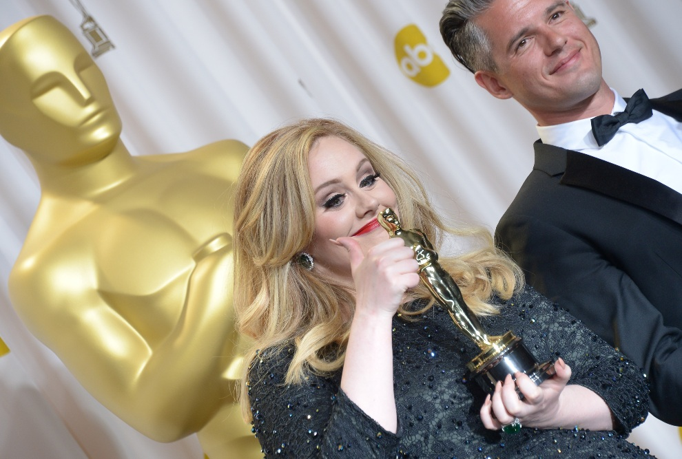 31.USA, Hollywood, 24 lutego 2013: Adele Adkins i Paul Epworth pozują z otrzymaną nagrodą. AFP PHOTO / Joe KLAMAR
