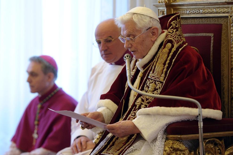 32.WATYKAN, 11 lutego 2013: Papież Benedykt  XVI ogłasza swoją rezygnację z posługi na Stolicy Piotrowej. AFP PHOTO/OSSERVATORE ROMANO