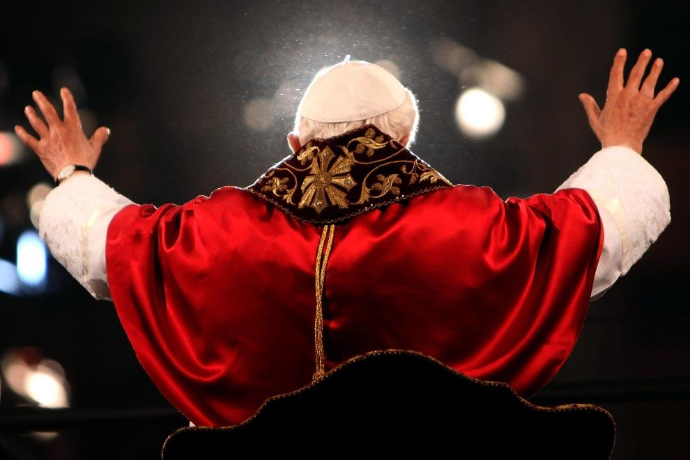 33.WŁOCHY, Rzym, 6 kwietnia 2012: Benedykt  XVI pozdrawia wiernych zebranych w Koloseum. (Foto: Franco Origlia/Getty Images)