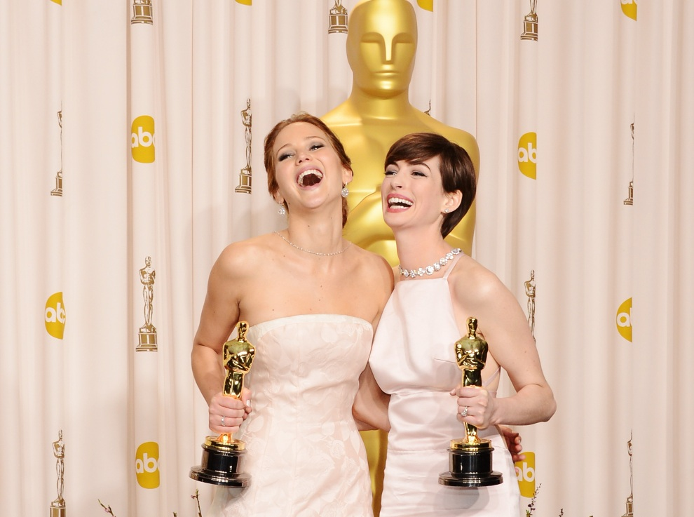 33.USA, Hollywood, 24 lutego 2013: Jennifer Lawrence i Anne Hathaway pozują z odebranymi nagordami. (Foto: Jason Merritt/Getty Images)
