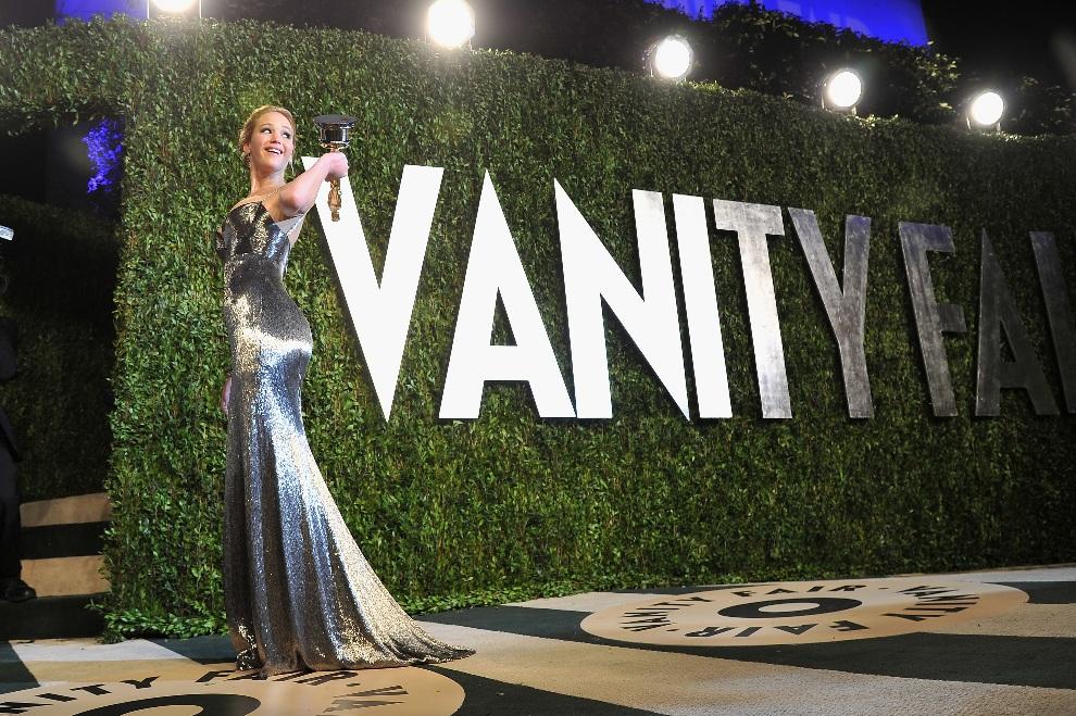 36.USA, Hollywood, 24 lutego 2013: Jennifer Lawrence przybywa na bal organizowany przez Vanity Fair. (Foto: Pascal Le Segretain/Getty Images)