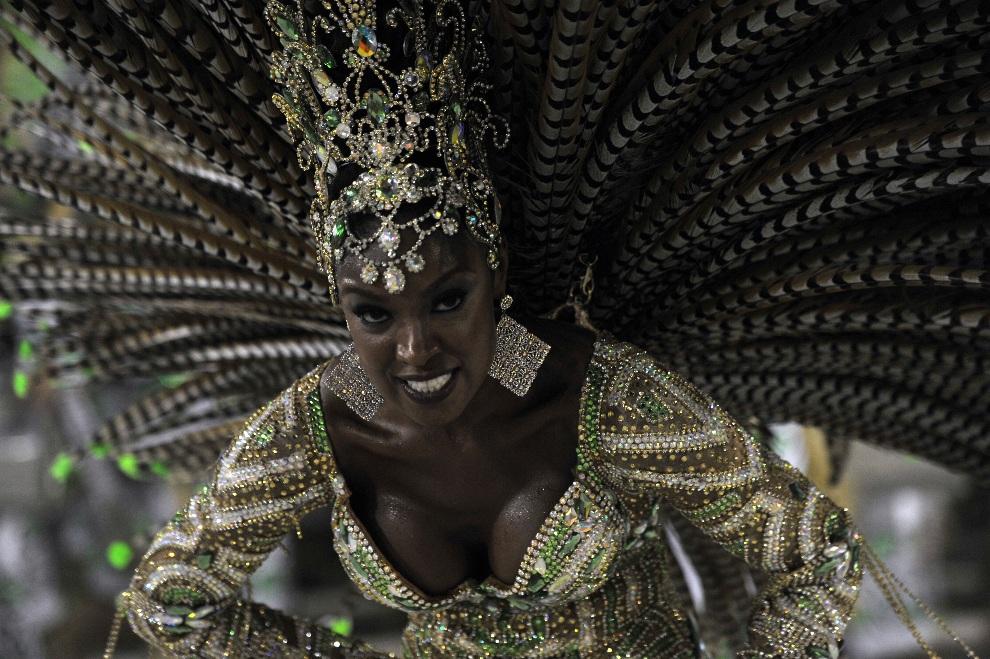 3.BRAZYLIA, Rio de Janeiro, 12 lutego 2013: Tancerka ze szkoły Imperatriz Leopoldinense podczas występu na Sambodromie. AFP PHOTO / CHRISTOPHE SIMON
