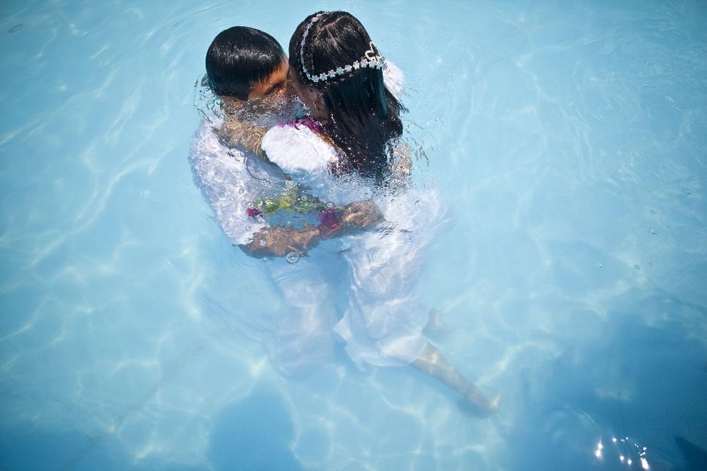 3.PERU, Lima, 14 lutego 2013: Para biorąca ślub w miejskim basenie. AFP PHOTO/ERNESTO BENAVIDES