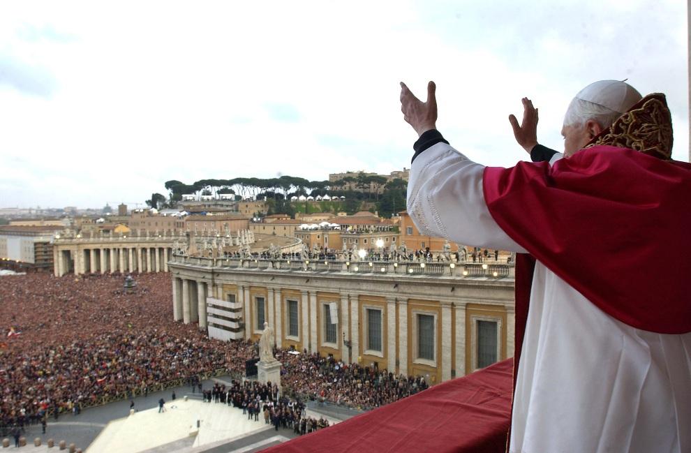3.WATYKAN, 19 kwietnia 2005:  Papież Benedykt  XVI pozdrawia wiernych zebranych przed bazyliką Św. Piotra. Arturo Mari