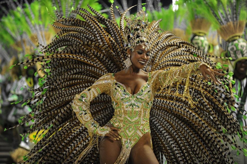 4.BRAZYLIA, Rio de Janeiro, 12 lutego 2013: Tancerka podczas występu w drugą noc parad szkół samby. AFP PHOTO / VANDERLEI ALMEIDA