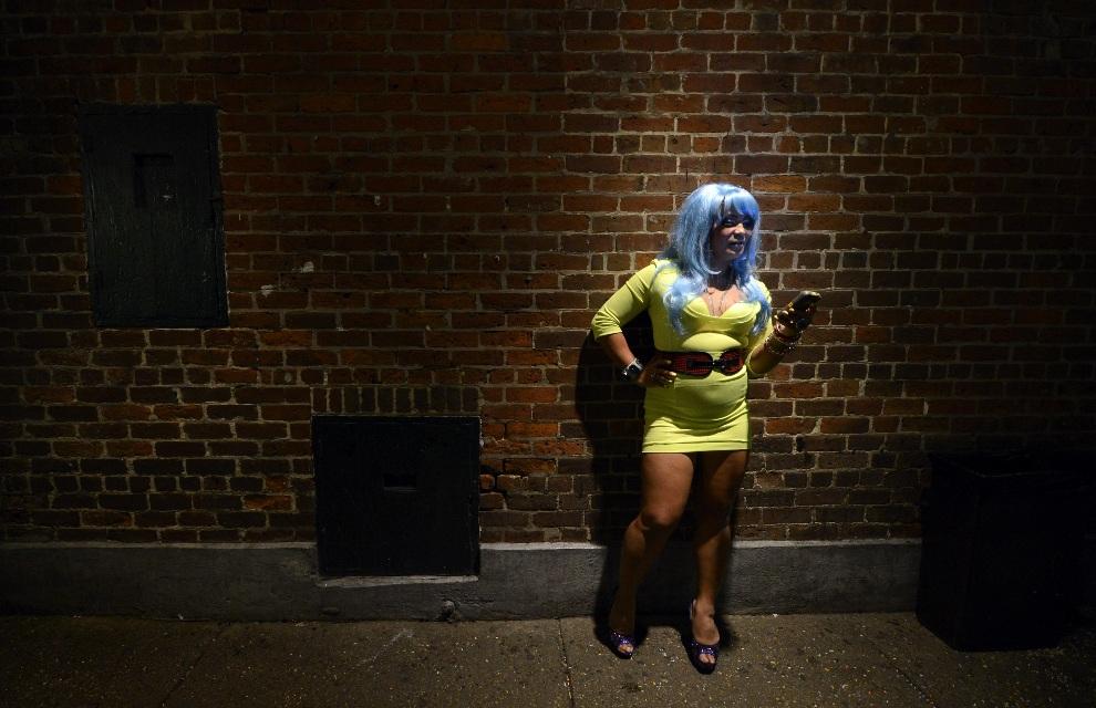 4.USA, Nowy Orlean, 3 lutego 2013: Kibicka przed jednym z barrow w Nowym Orleanie. AFP PHOTO / TIMOTHY A. CLARY