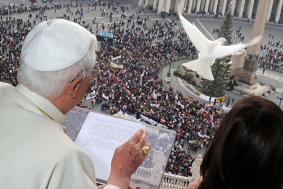 4.WATYKAN, 27 stycznia 2098: Benedykt  XVI w towarzystwie grupy młodzieży wypuszcza gołębia podczas niedzielnego błogosławieństwa. (Foto: L'Osservatore Romano   Vatican Pool via Getty Images)