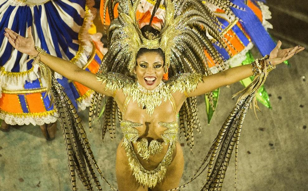 5.BRAZYLIA, Rio de Janeiro, 11 lutego 2013: Tancerka ze szkoły Portela. AFP PHOTO/ANTONIO SCORZA