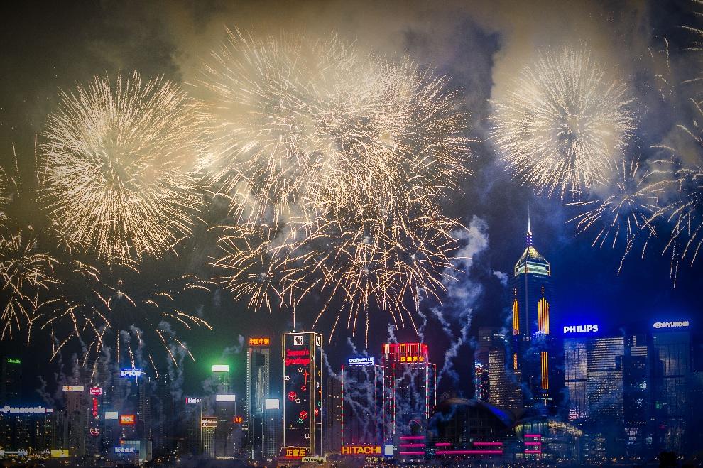 6.CHINY, Hongkong, 11 lutego 2013: Sztuczne ognie uświetniające początek Nowego Roku Księżycowego. AFP PHOTO / Philippe Lopez