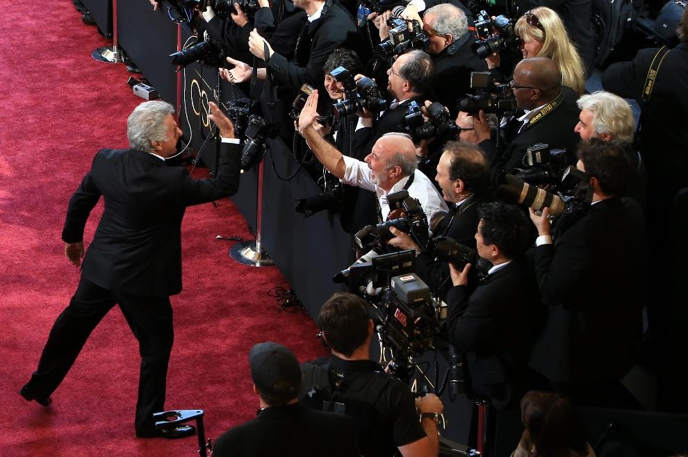 "6.USA, Hollywood, 24 lutego 2013: Dustin Hoffman ""przybija piątkę"" z fotografem Russellem Einhornem. (Foto: Gerard McGovern/Getty Images)"