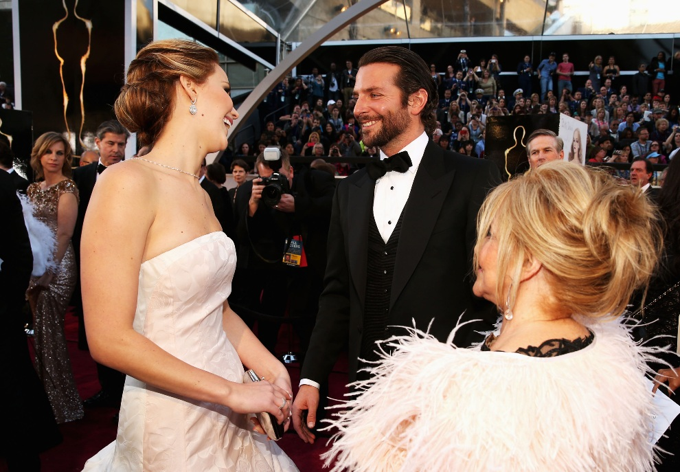 7.USA, Hollywood, 24 lutego 2013: Jennifer Lawrence, Bradley Cooper i Jacki Weaver na czerwonym dywanie. Christopher Polk/Getty Images/AFP