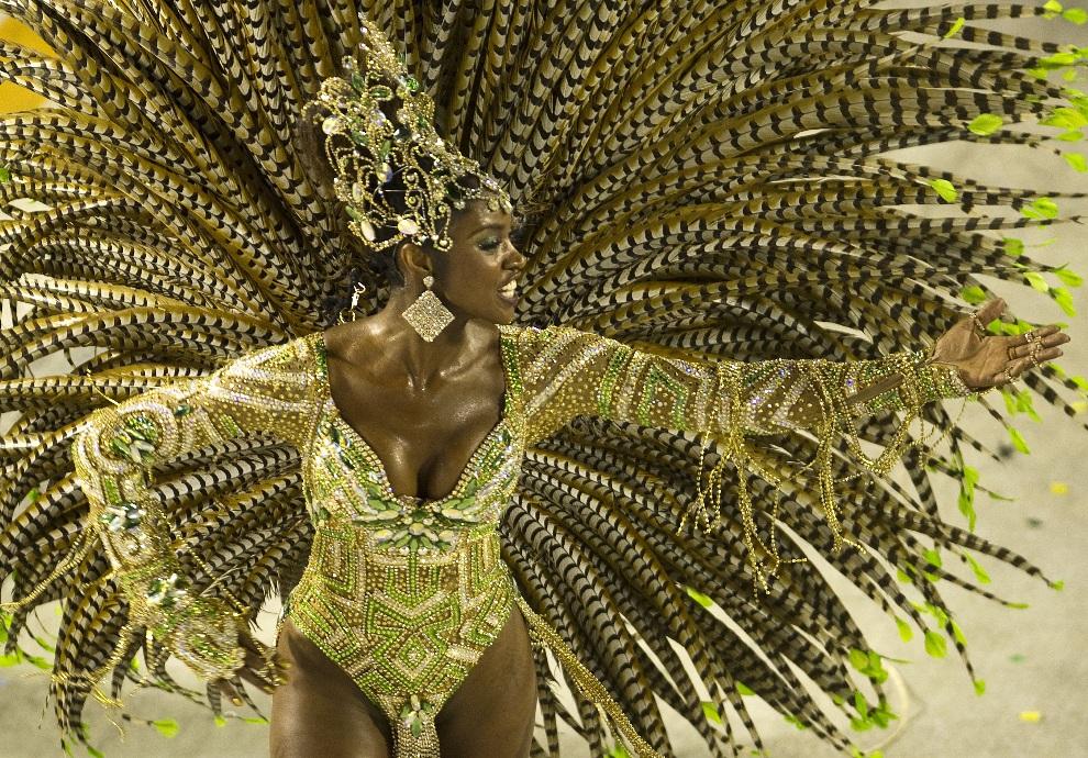 7.BRAZYLIA, Rio de Janeiro, 12 lutego 2013: Tancerka podczas występu na Sambodromie. AFP PHOTO/ANTONIO SCORZA