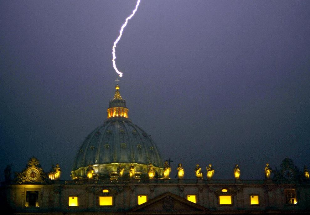 7.WATYKAN, 11 lutego 2013: Piorun uderza w kopułę bazyliki św. Piotra. AFP PHOTO / FILIPPO MONTEFORTE