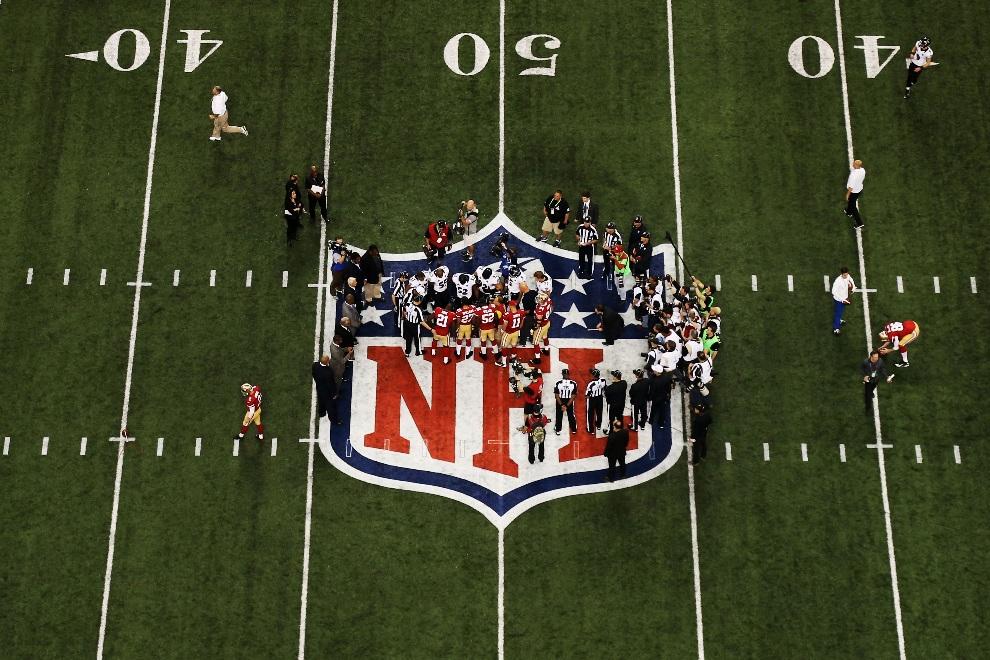 7.USA, Nowy Orlean, 3 lutego 2013: Gracze obu drużyn obserwują rzut monetą przed rozpoczęciem meczu. (Foto: Chris Graythen/Getty Images)