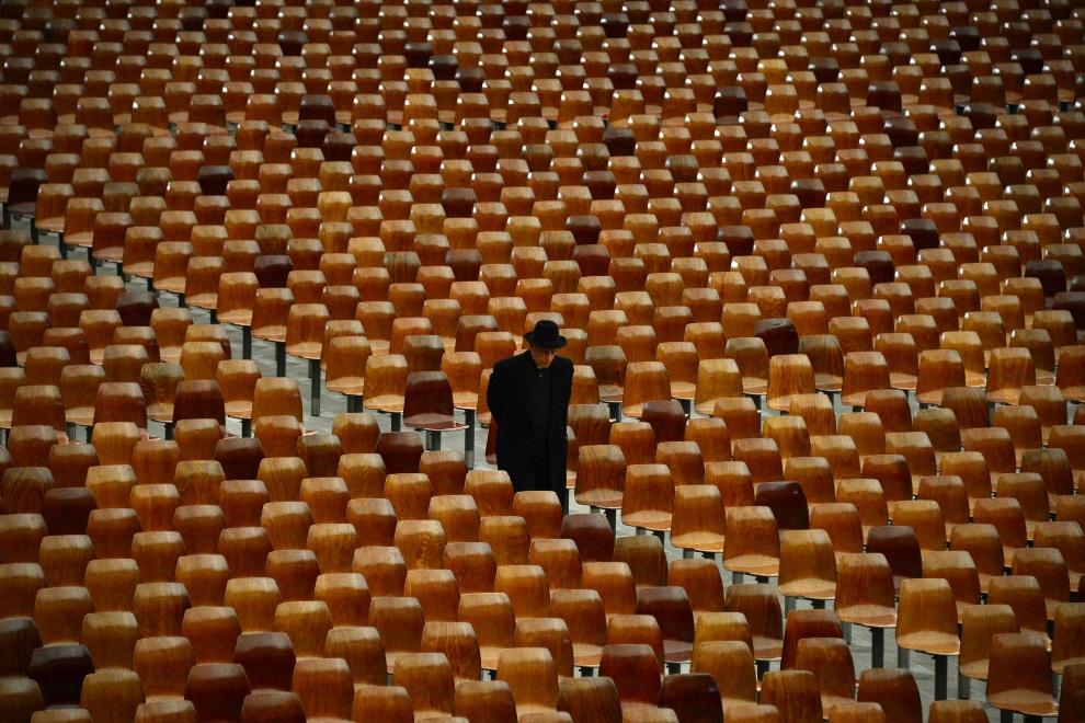 8.WATYKAN, 14 lutego 2013: Ksiądz zmierzający na audiencję u Benedykta XVI. AFP PHOTO / GABRIEL BOUYS