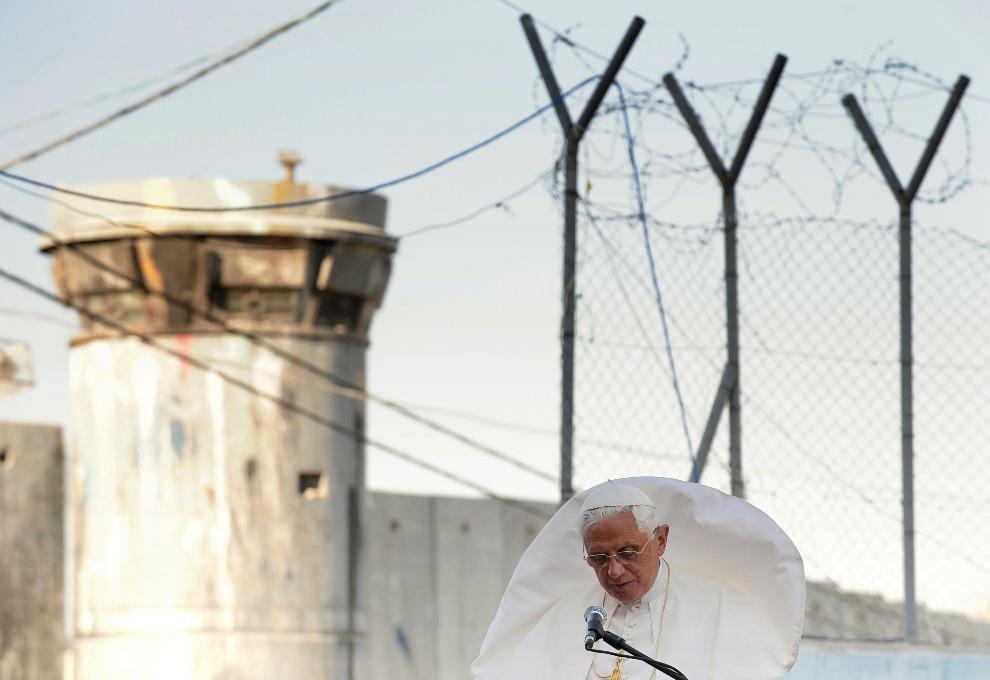 8.ZACHODNI BRZEG, 13 maja 2009: Benedykt  XVI w obozie dla uchodźców w pobliżu Betlejem. AFP PHOTO / ALBERTO PIZZOLI