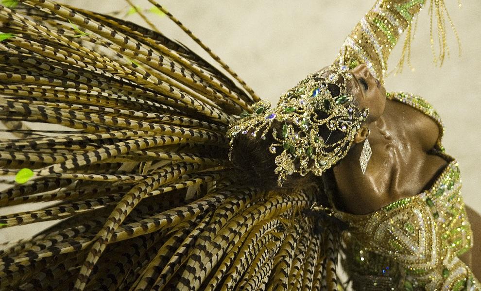 8.BRAZYLIA, Rio de Janeiro, 12 lutego 2013: Tancerka reprezentująca szkołę Imperatriz Leopoldinense. AFP PHOTO/ANTONIO SCORZA