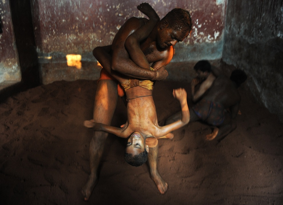 9.INDIE, Bombaj, 13 lutego 2013: Zawodnicy trenujący w Mahatma Phule Vyayam Mandir Kushti – szkole tradycyjnych zapasów. AFP PHOTO/Indranil MUKHERJEE