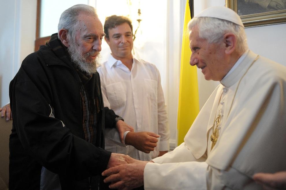 9.KUBA, Hawana, 29 marca 2012: Benedykt  XVI spotyka się z Fidelem Castro. (Foto: L'Osservatore Romano Vatican-Pool/Getty Images)