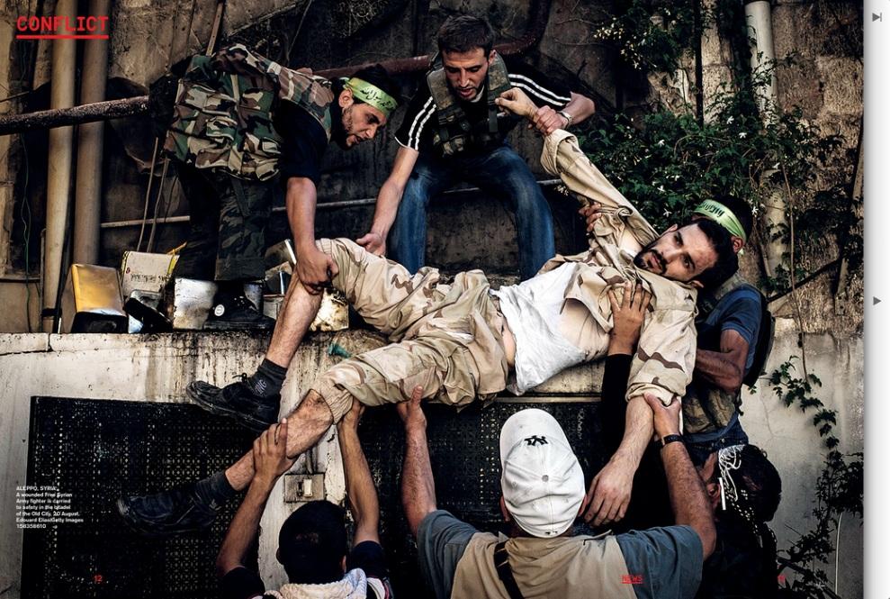 Zrzut ekranu ze strony zmags.com: ALEPPO, SYRIA, 20 sierpnia 2012: Ranny rebeliant niesiony przez towarzyszy. (Foto: Edouard Elias/Getty Images)