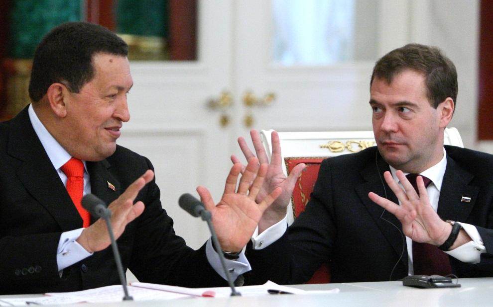 10.ROSJA, Moskwa, 15 października 2010: Hugo Chavez podczas spotkania  z Dmitrijem Miedwiediewem. AFP PHOTO/ RIA NOVOSTI / KREMLIN POOL / MIKHAIL KLIMENTYEV