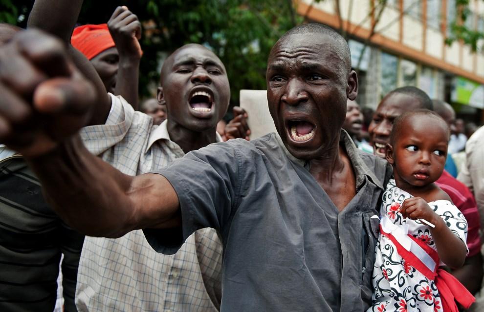 10.KENIA, Nairobi, 11 marca 2013: Zwolennik Raila Odinga, kandydata w zbliżających się wyborach prezydenckich. AFP PHOTO/Jennifer Huxta