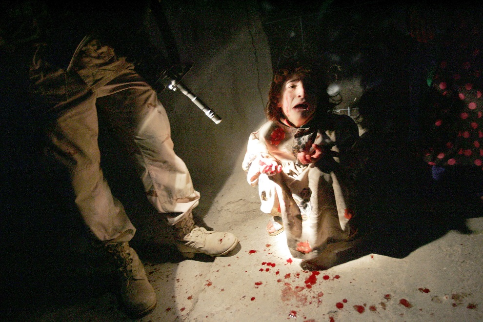 10.IRAK, Tall Afar, 18 stycznia 2005:  Płacząca dziewczynka, której rodzice zostali zabici przez amerykańskich żołnierzy. (Foto:  Chris Hondros/Getty Images)
