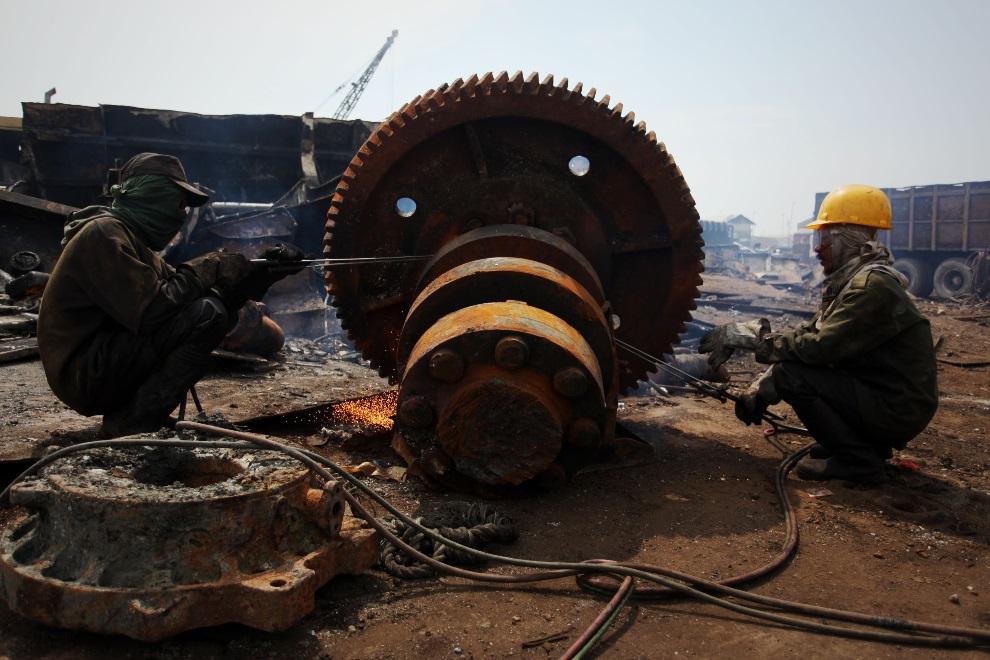 10.IDONEZJA, Cilincing, 23 MARCA 2010: Mężczyźni pracujący przy złomowaniu statku. (Foto: Ulet Ifansasti/Getty Images)