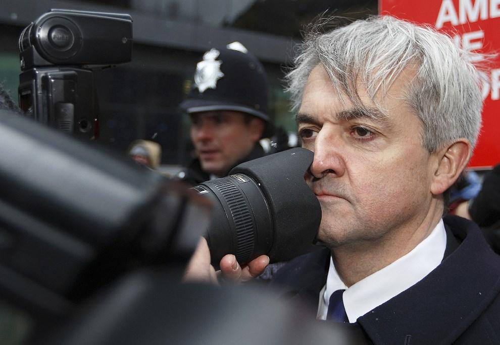 11.WIELKA BRYTANIA, Londyn, 11 marca 2013: Chris Huhne (po prawej), były minister ds. energii i zmian klimatycznych, przybywa do budynku sądu. AFP PHOTO / JUSTIN TALLIS