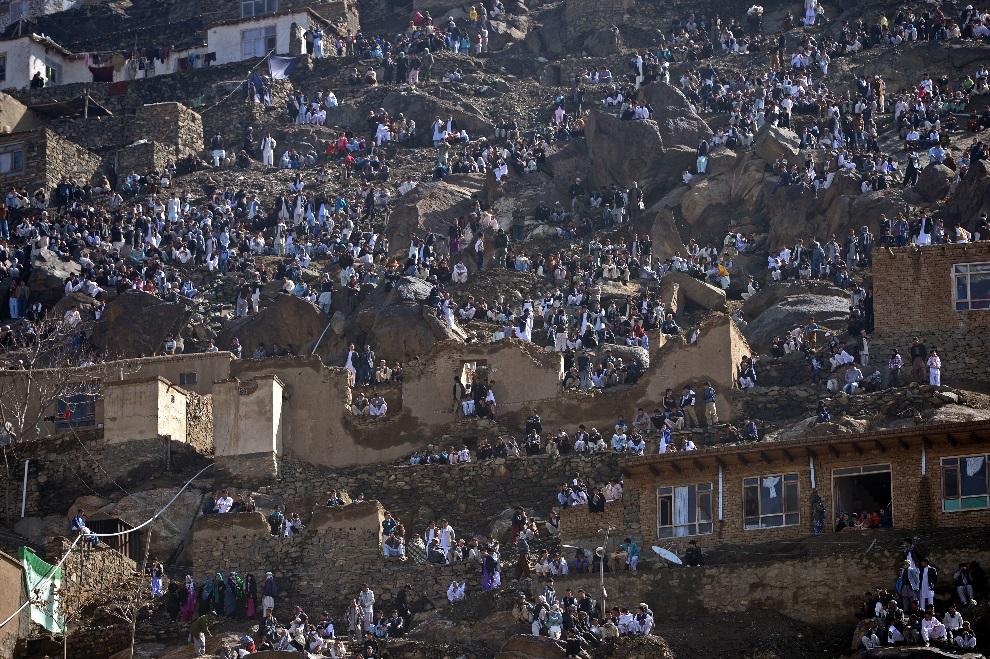 11.AFGANISTAN, Kabul, 21 marca 2013: Rodziny zebrane na zboczu w pobliżu świątyni Sakhi, gdzie zorganizowane są centralne obchody Nouruz – nowego roku. AFP PHOTO   / Massoud HOSSAINI