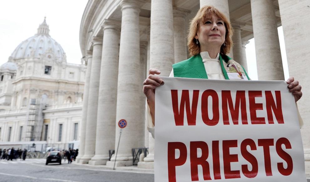 11.WŁOCHY, Rzym, 7 marca 2013: Ekskomunikowana kapłanka, Janice Sevre-Duszynska, protestująca w Rzymie. AFP PHOTO / TIZIANA FABI