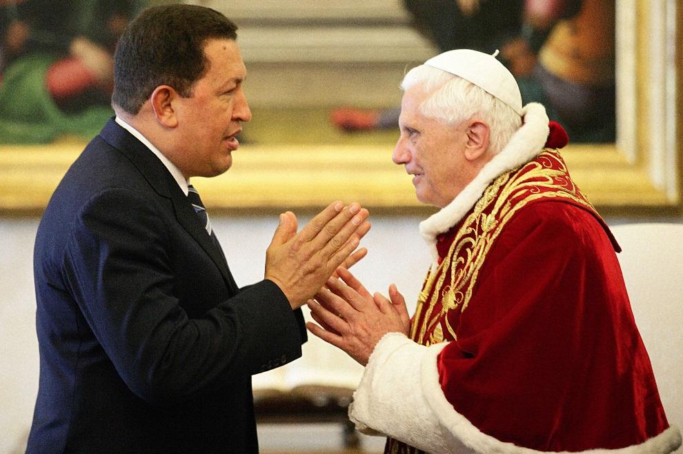 11.WATYKAN, 11 maja 2006: Hugo Chavez  wita się z papieżem Benedyktem XVI. (Foto: Gregor Galazka-Vatican Pool/Getty Images)