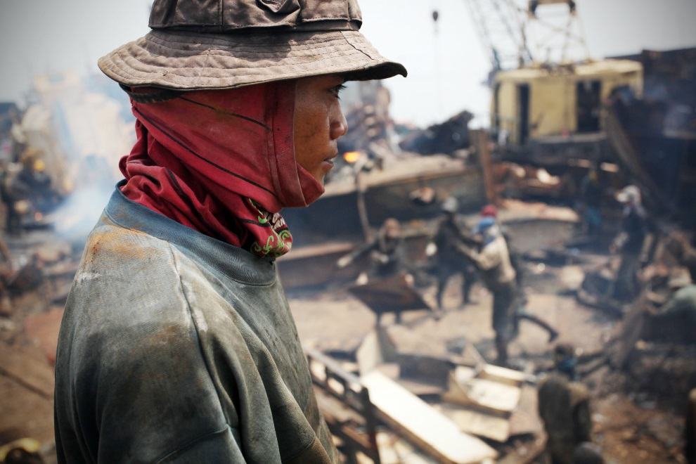 11.IDONEZJA, Cilincing, 23 MARCA 2010: Pracownik stoczni przygląda się rozbiórce statku. (Foto: Ulet Ifansasti/Getty Images)