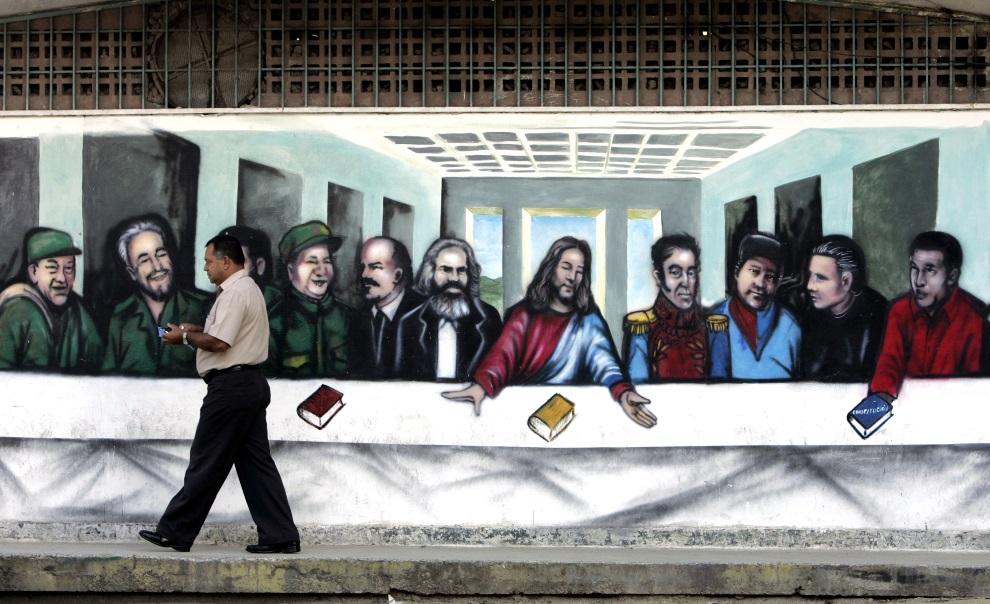 """12.WENEZUELA, Caracas, 29 listopada 2007: Graffiti przedstawiające przerobioną wersję """"Ostatniej wieczerzy"""" Leonarda da Vinci. Przy stole wokół Jezusa siedzą min.   Hugo Chavez, Mao Zedong, Fidel Castro, Karol Marx, Włodzimierz Lenin, Simon Bolivar. AFP PHOTO/ Rodrigo ARANGUA"""