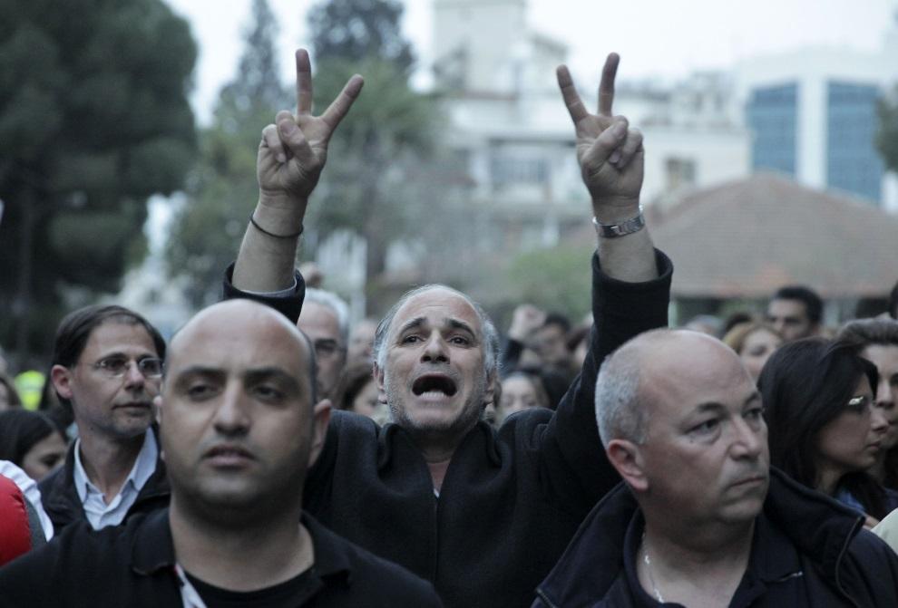 12.CYPR, Nikozja, 21 marca 2013: Cypryjczycy protestujący przed parlamentem. AFP PHOTO YIANNIS KOURTOGLOU