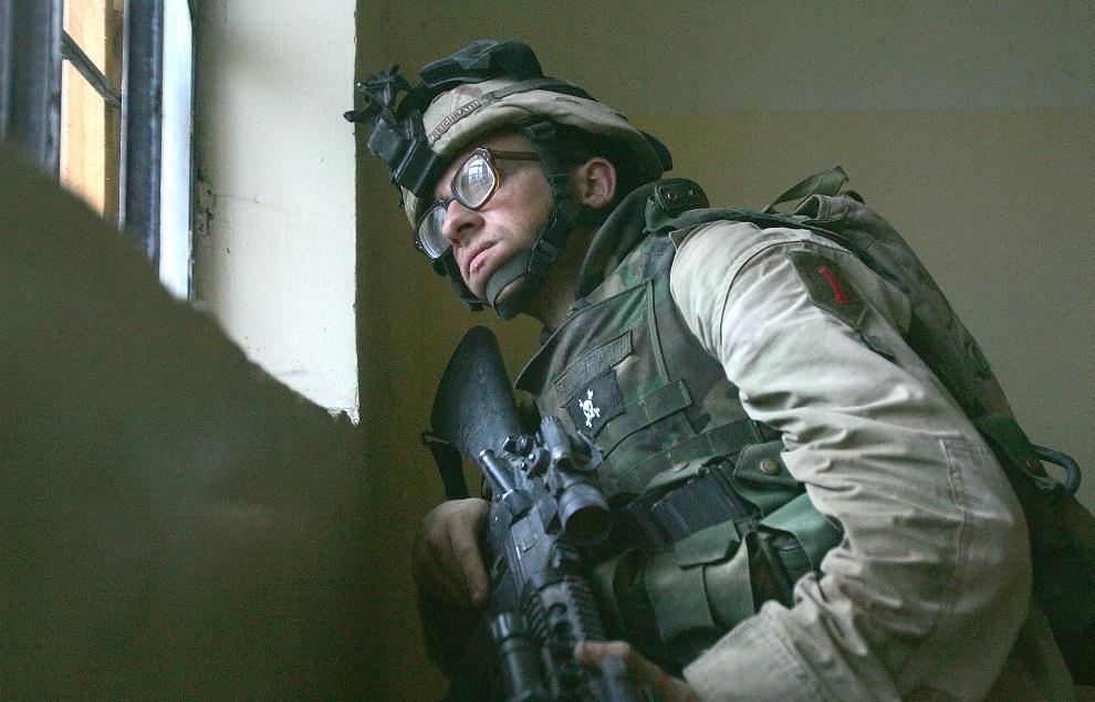 12.IRAK, Al-Falludża, 9 listopada 2004: Amerykański żołnierz stara się wypatrzeć pozycję wrogiego snajpera. (Foto:  Scott Nelson/Getty Images)
