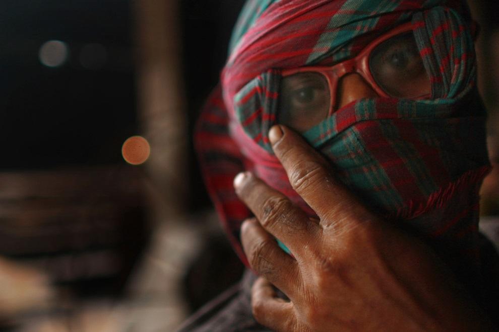 12.BANGLADESZ, Dhaka, 20 lipca 2008: Pracownik huty, gdzie przetapiana jest stal ze złomowanych statków. (Foto: Spencer Platt/Getty Images)