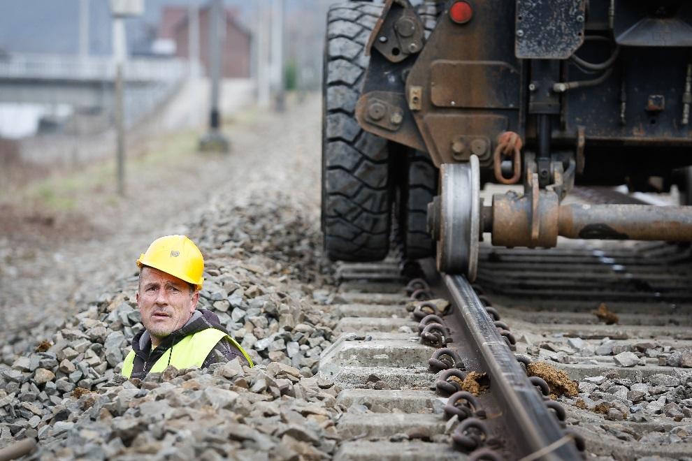 13.BELGIA, Profondeville, 6 marca 2013: Mężczyzna pracujący przy modernizacji sieci kolejowej. AFP PHOTO/BELGA /BRUNO FAHY