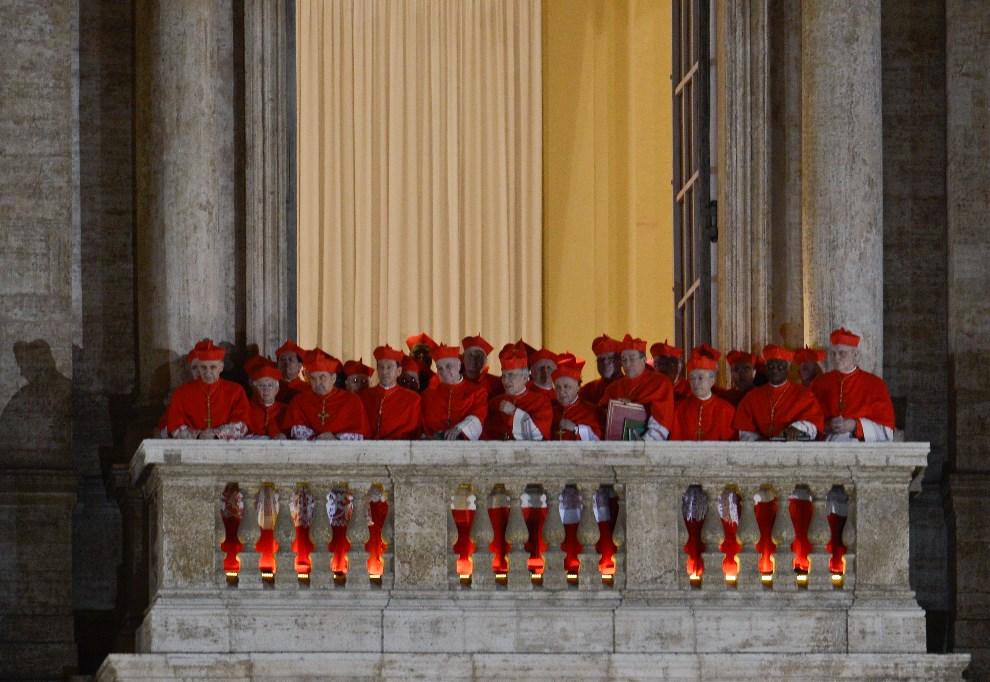 13.WATYKAN, 13 marca 2013: Kardynałowie zebrani na balkonie przy bazylice św. Piotra. AFP PHOTO / ANDREAS SOLARO
