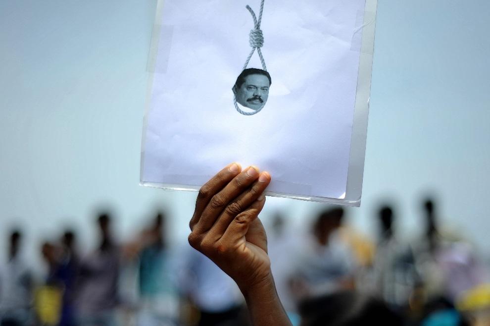 13.INDIE, Chennai, 20 marca 2013: Protestujący student z podobizną prezydenta Sri Lanki, Mahinda Rajapakse, oskarżanego o popełnianie zbrodni wojennych. AFP PHOTO